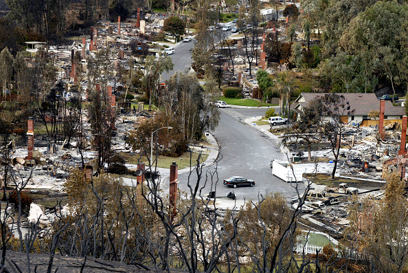 Environmental Cleanup「Residents Comb Through Wildfire Damage」:写真・画像(1)[壁紙.com]