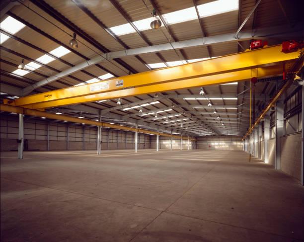 Interior of empty steel-framed warehouse.:ニュース(壁紙.com)