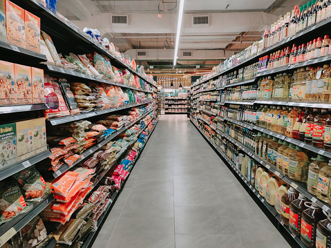In A Row「Interior of supermarket full of grocery items in rows with shelf displayed」:スマホ壁紙(16)