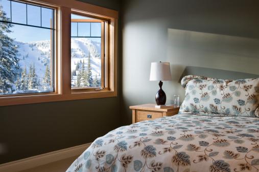雪山「Interior of bedroom with view of snowy mountain」:スマホ壁紙(10)