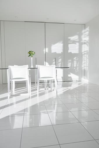 花瓶「Interior of a modern white, minimalist home.」:スマホ壁紙(14)