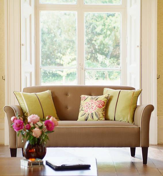 インテリアの正式なソファー、クッション付きの窓:スマホ壁紙(壁紙.com)