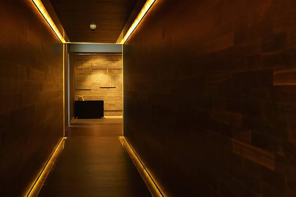 Interior of an empty passage way:スマホ壁紙(壁紙.com)