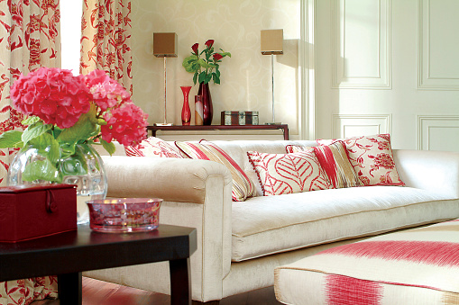 Vibrant Color「内側の 3 人掛けのソファーを配したリビングルーム」:スマホ壁紙(15)