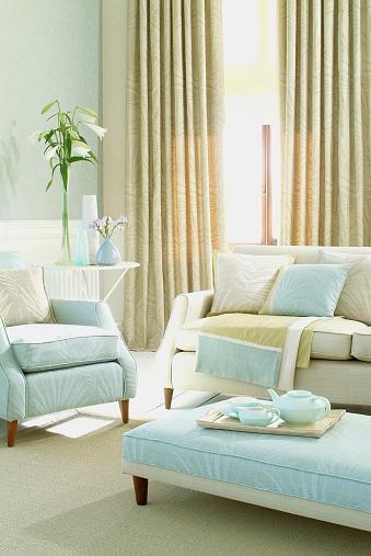 Pastel「内側の 3 人掛けのソファーと椅子を備えたリビングルーム」:スマホ壁紙(3)