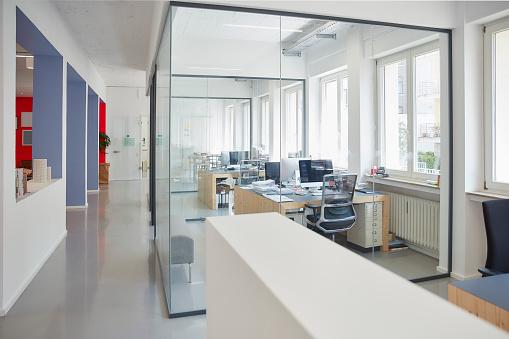 Open Plan「Interior of bright modern office」:スマホ壁紙(7)