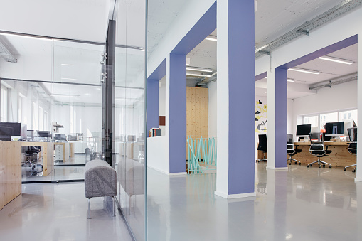 Business「Interior of bright modern office」:スマホ壁紙(1)