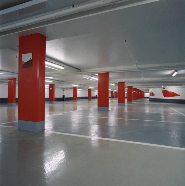 Interior of deserted car park.:ニュース(壁紙.com)