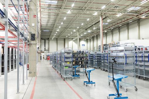 Aisle「Interior of organized shipping warehouse」:スマホ壁紙(12)