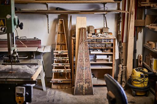 Craft Product「Interior of a harp maker's workshop」:スマホ壁紙(10)
