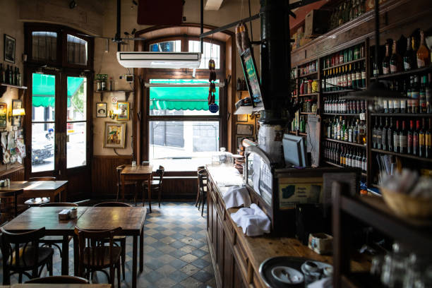 Interior of traditional coffee shop in Buenos Aires:スマホ壁紙(壁紙.com)