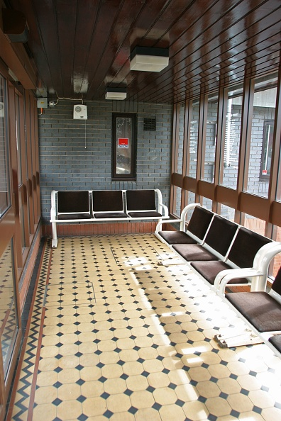 Waiting「Interior of the waiting room at Widney Manor station」:写真・画像(15)[壁紙.com]