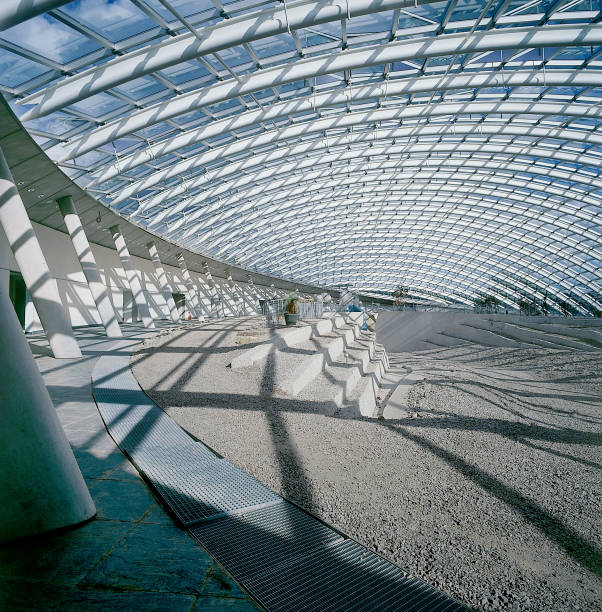 Interior of largest glass span roof: Great Glass House, National Botanic House of Wales Carmarthenshire, Wales, United Kingdom  Designed by Norman Foster and Partners:ニュース(壁紙.com)