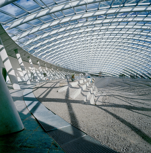 Architecture「Interior of largest glass span roof: Great Glass House, National Botanic House of Wales Carmarthenshire, Wales, United Kingdom  Designed by Norman Foster and Partners」:写真・画像(13)[壁紙.com]