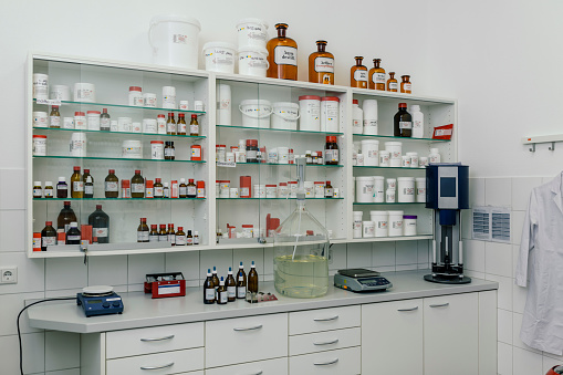 Laboratory「Interior of a lab in a pharmacy」:スマホ壁紙(11)