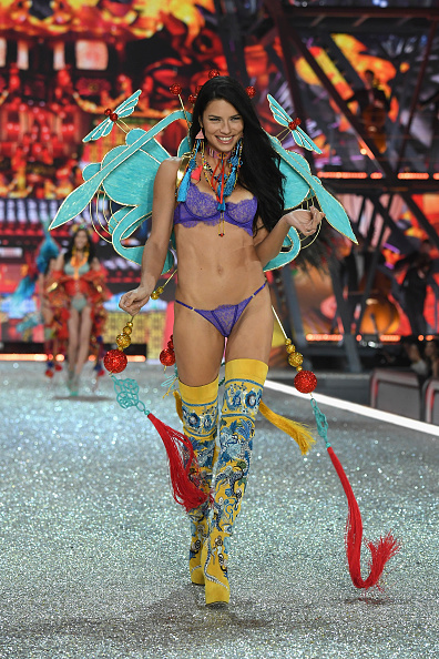 Adriana Lima「2016 Victoria's Secret Fashion Show in Paris - Show」:写真・画像(17)[壁紙.com]