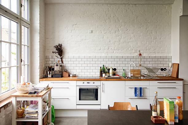 明るいホワイトのヨーロッパ風のキッチン:スマホ壁紙(壁紙.com)