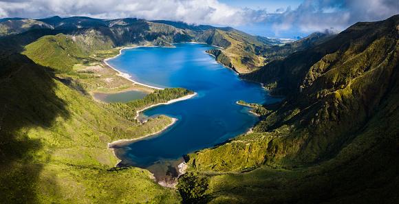 Atlantic Islands「Lagoa do Fogo and green valley on San Miguel island」:スマホ壁紙(2)