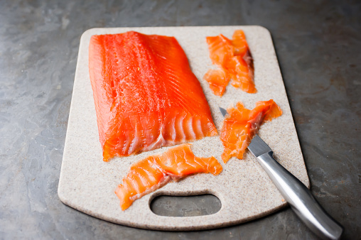 The Knife「Curing fish, step 3: the cured fish on a chopping board with a knife. Beind sliced to show texture」:スマホ壁紙(10)