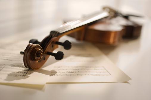 Violin「Violin laying on sheet music」:スマホ壁紙(6)