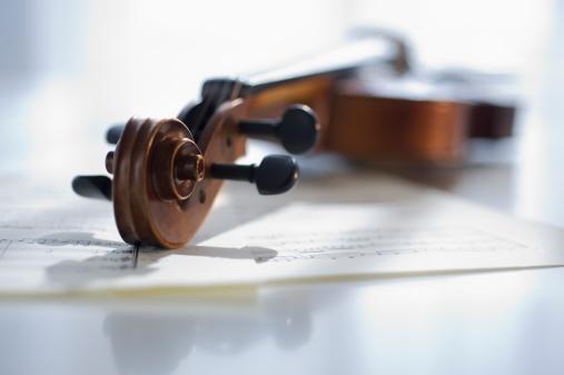 Violin「Violin laying on sheet music」:スマホ壁紙(7)