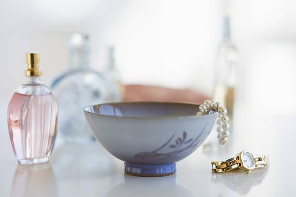 Woman's items on dresser:スマホ壁紙(壁紙.com)