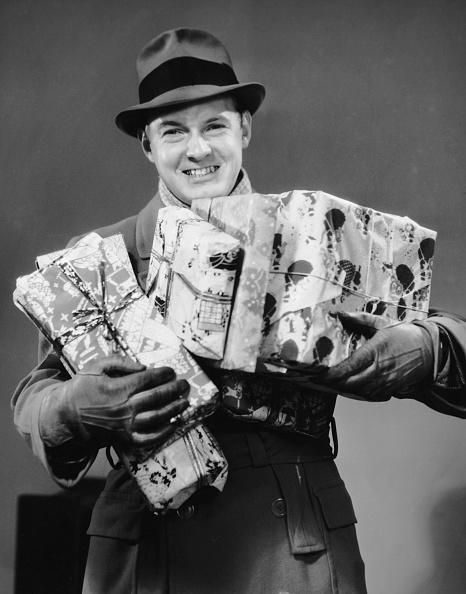 プレゼント「Man with coat, gloves and hat carrying Christmas gifts」:写真・画像(8)[壁紙.com]