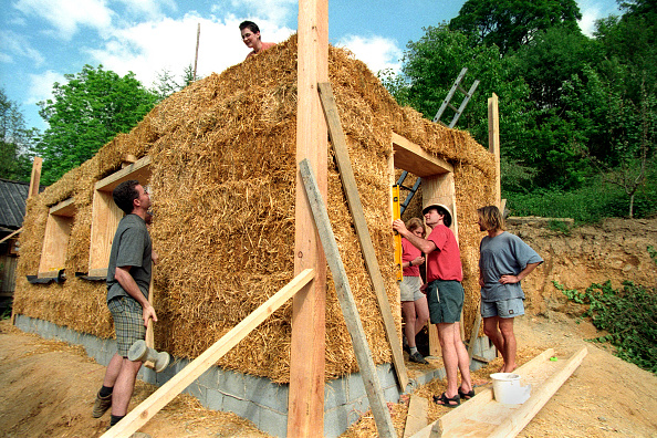 Environmental Conservation「Volunteers and Expert Barbara Jones of Amazon Nails Erecting a Strawbale Building, Centre for Alternative Technology, Machynlleth, Mid Wales」:写真・画像(16)[壁紙.com]