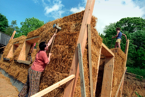 Bale「Volunteers and Expert Barbara Jones of Amazon Nails Erecting a Strawbale Building, Centre for Alternative Technology, Machynlleth, Mid Wales」:写真・画像(4)[壁紙.com]