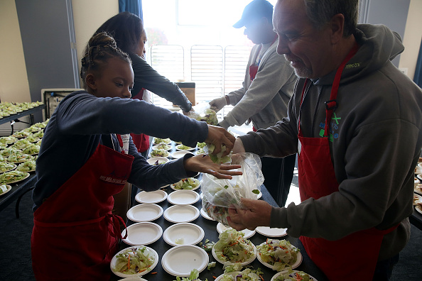 Salad「Bay Area Charities Feed The Needy Ahead Of Thanksgiving」:写真・画像(17)[壁紙.com]