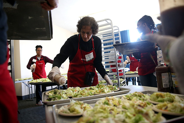 Salad「Bay Area Charities Feed The Needy Ahead Of Thanksgiving」:写真・画像(16)[壁紙.com]