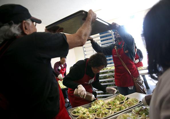 Salad「Bay Area Charities Feed The Needy Ahead Of Thanksgiving」:写真・画像(4)[壁紙.com]