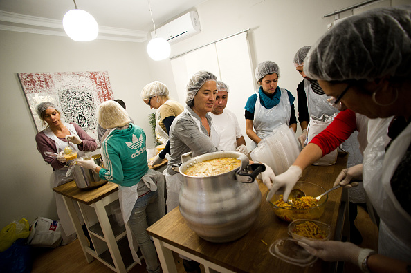 Cooperation「Citizens Hand Out Food To Those In Need Living On The Streets Of Barcelona」:写真・画像(9)[壁紙.com]