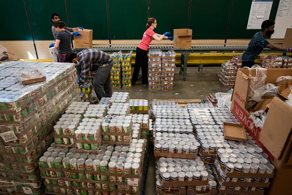 Volunteer「DC-Based Capital Area Food Bank Works To Distribute Food To Local Pantries」:写真・画像(19)[壁紙.com]