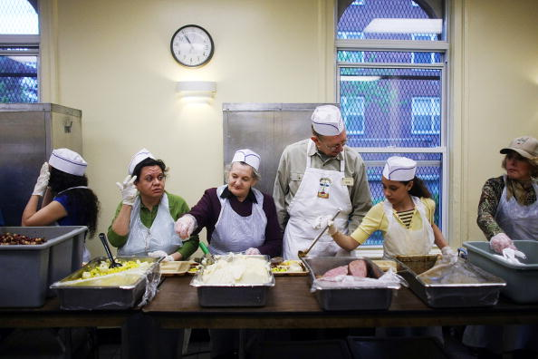 Volunteer「New York City Food Bank Feeds The Hungry」:写真・画像(12)[壁紙.com]