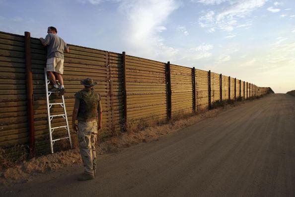 International Border Barrier「Minutemen Break-Away Group Patrols California-Mexico Border」:写真・画像(17)[壁紙.com]