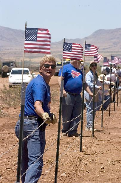 Minutemen Construct Border Fence On Private Property:ニュース(壁紙.com)