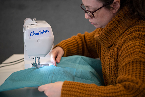 Justin Setterfield「Volunteers Manufacture Surgical Gowns for the NHS」:写真・画像(11)[壁紙.com]
