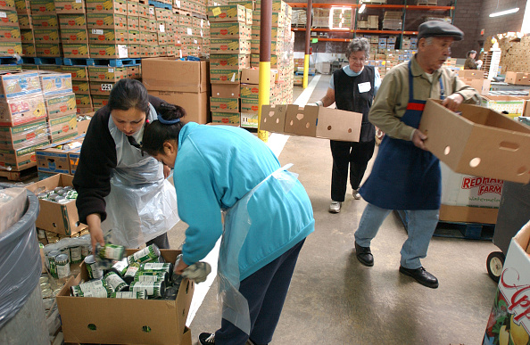 Giving「Charity Workers Sort Food For Distribution To Needy」:写真・画像(1)[壁紙.com]