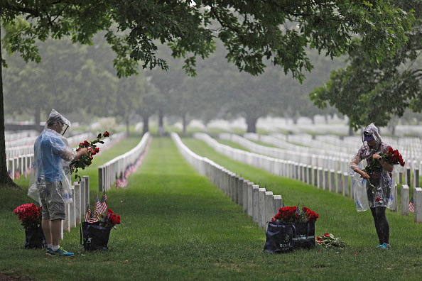 Aaron P「Volunteers Place Roses At Headstones At Arlington Cemetery Ahead Of Memorial Day」:写真・画像(0)[壁紙.com]