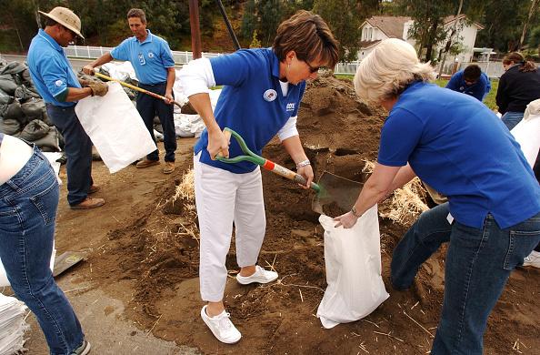 Volunteer「Cleanup Begins After San Diego Wildfires」:写真・画像(10)[壁紙.com]