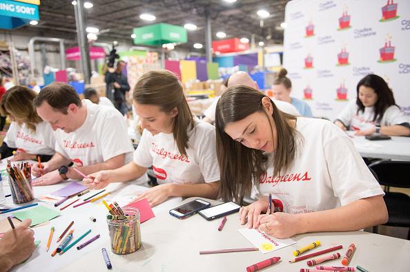 クレヨン「Huggies And Walgreens Donate 250,000 Diapers To Chicago Nonprofit With David Ross」:写真・画像(5)[壁紙.com]