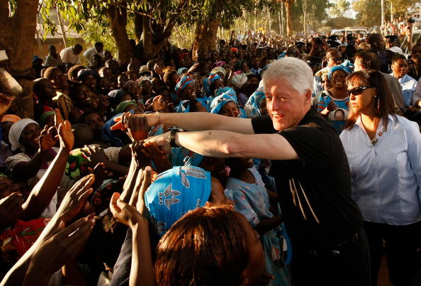 Visit「President Clinton Travels To Africa And DR With Foundation」:写真・画像(14)[壁紙.com]