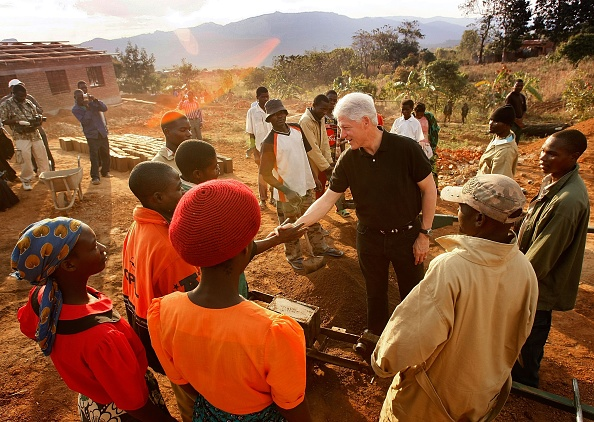 Visit「President Clinton Travels To Africa And DR With Foundation」:写真・画像(15)[壁紙.com]