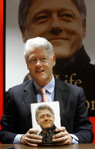 Borders Books「Bill Clinton Makes Appearance At Wall Street Bookstore」:写真・画像(12)[壁紙.com]
