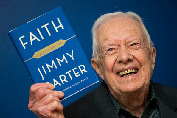 """Drew Angerer「Jimmy Carter Signs Copies Of His New Book """"Faith: A Journey For All""""」:写真・画像(3)[壁紙.com]"""