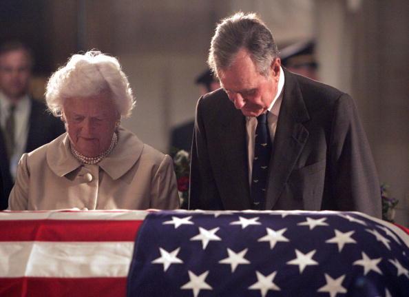 Funeral「President George H.W. Bush And Barbara Bush Pay Their Respects」:写真・画像(17)[壁紙.com]