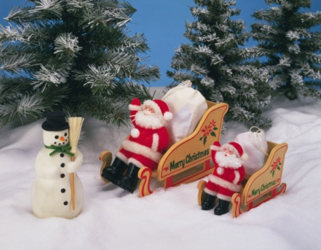 Dogsledding「Snowman and Santa Claus riding on sleds, high angle view」:スマホ壁紙(15)