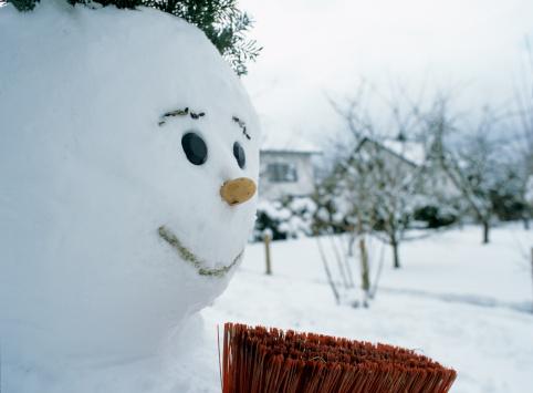 雪だるま「Snowman and broom, close-up」:スマホ壁紙(19)
