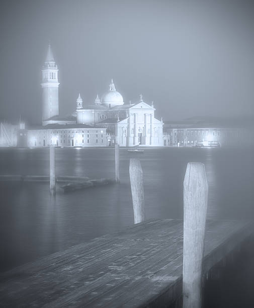 Venice pier in foggy weather:スマホ壁紙(壁紙.com)